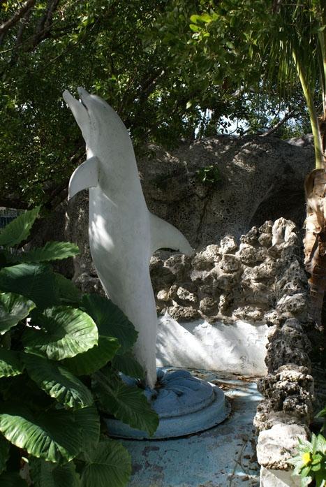 Памятник дельфину в США