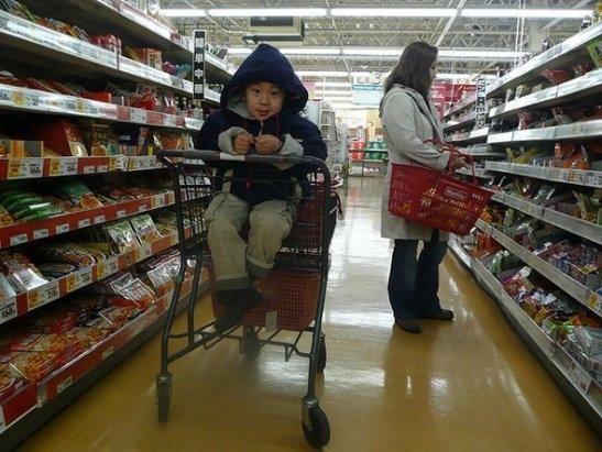 ребенок в супермаркете