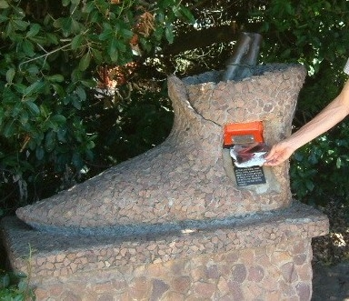 памятник первому почтовому ящику в Африке