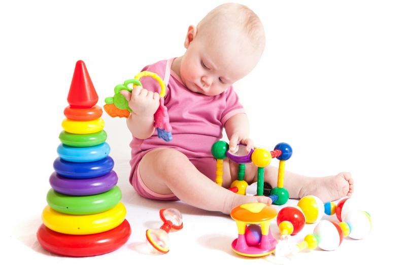 дети ломают игрушки