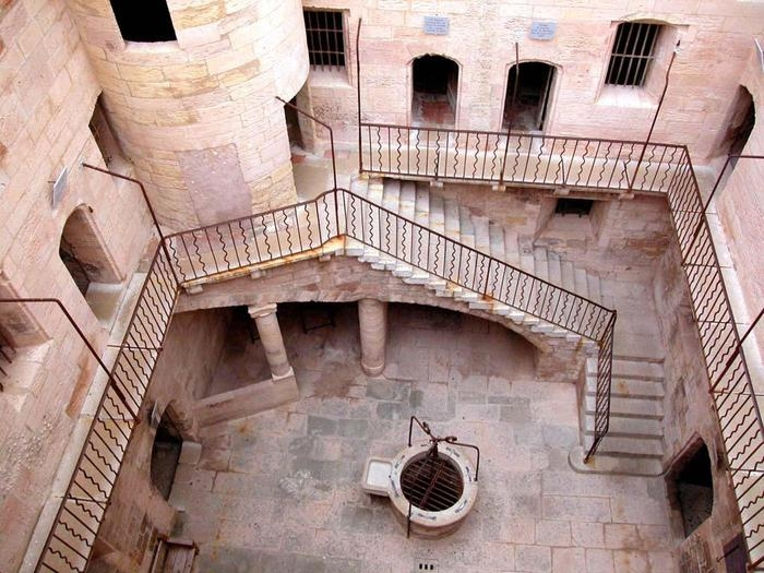 внтури замка графа Монте-Кристо
