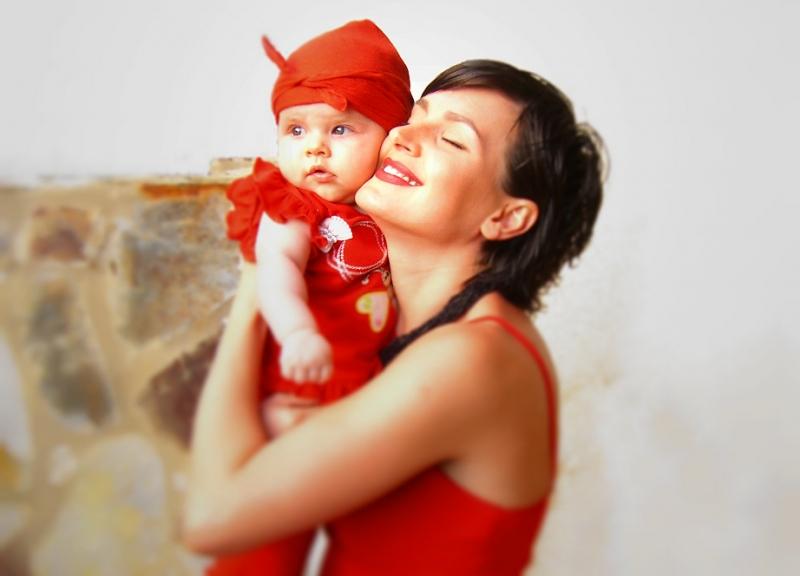 Почему мамы обычно качают своих детей на левой руке ?