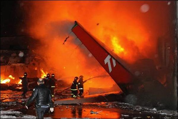 пожар на месте авиакатастрофы Airbus A320-233